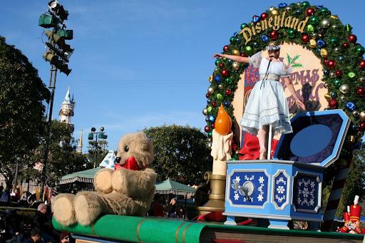 """A Christmas Fantasy Parade"" at Disneyland | Diz Scoop"